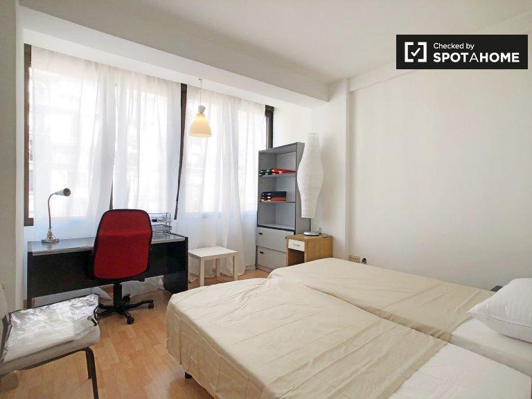Chambre à louer dans un appartement de 4 chambres à Cuatro Caminos