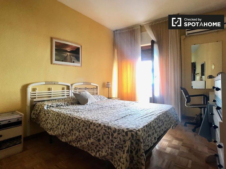 Se alquila habitación luminosa en apartamento de 4 dormitorios, La Latina