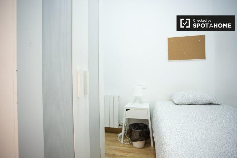 Eixample Dreta'da 4 yatak odalı dairede kiralık oda