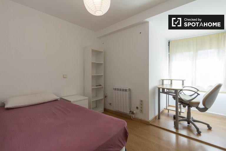Snug room to rent, 3-bedroom apartment in Puente de Vallecas