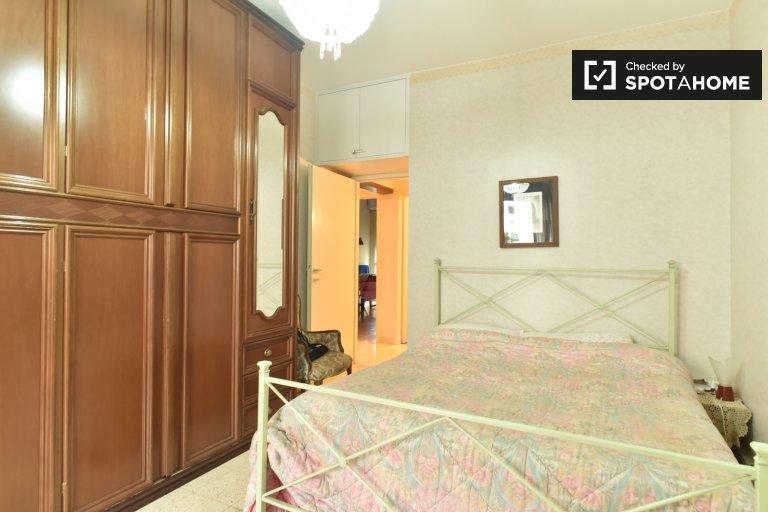Pokój w 4-pokojowym apartamencie z balkonem w Laurentina, Rzym