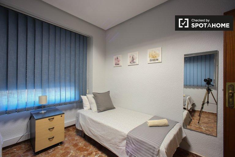 Cosy room for rent, 3-bedroom apartment, L'Olivereta