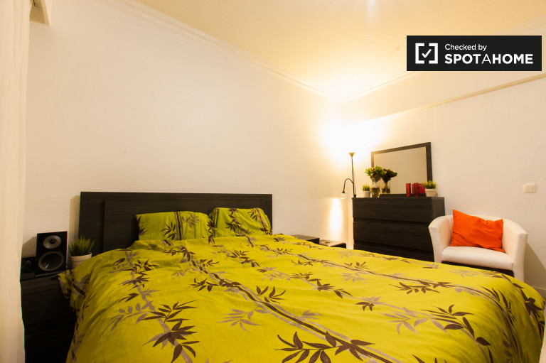 Decorated room in 4-bedroom apartment in Jette, Brussels