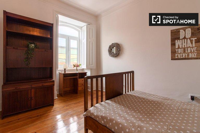 Habitación soleada en un apartamento de 5 dormitorios en Alcântara, Lisboa