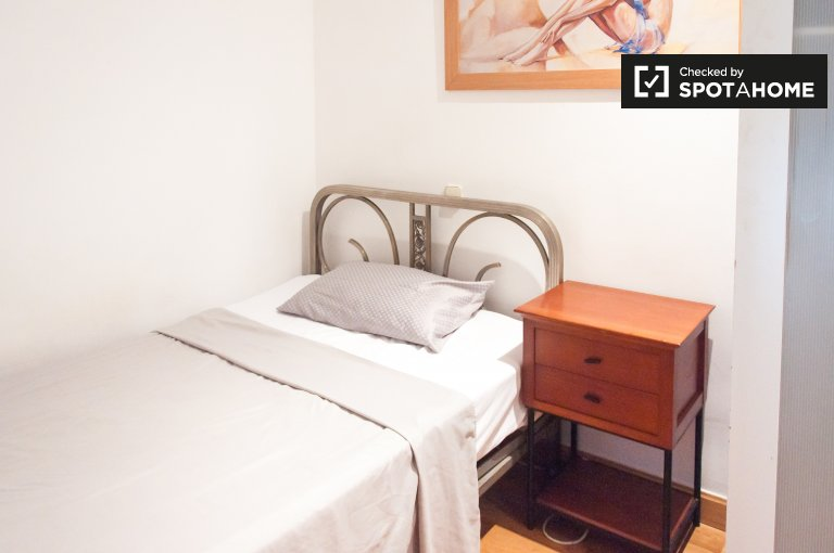 Tidy room for rent in 10-bedroom apartment in Guindalera