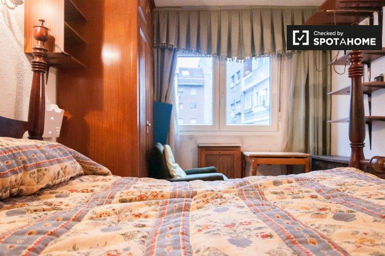 Se alquila habitación doble, apartamento de 3 dormitorios, Salamanca, Madrid