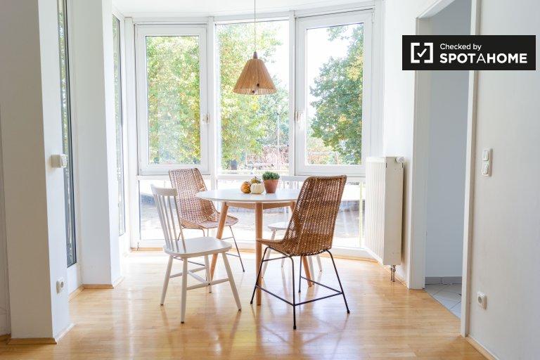Belo apartamento de 2 quartos para alugar em Mitte