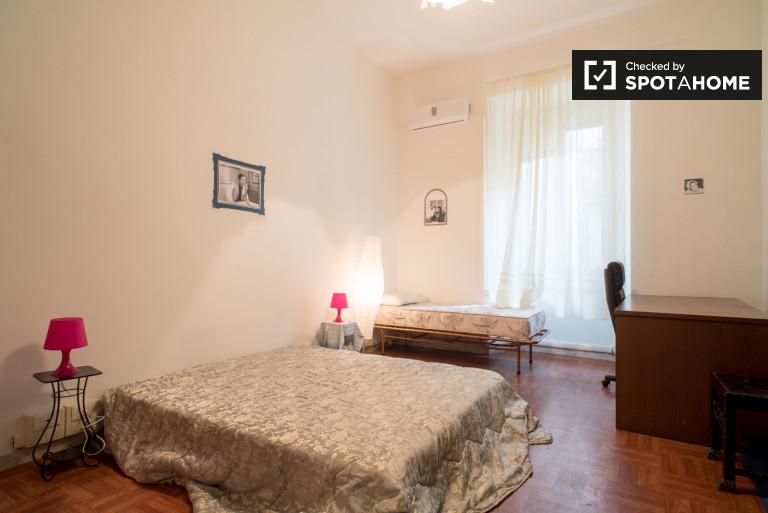Stanza arredata in appartamento nel centro di Roma