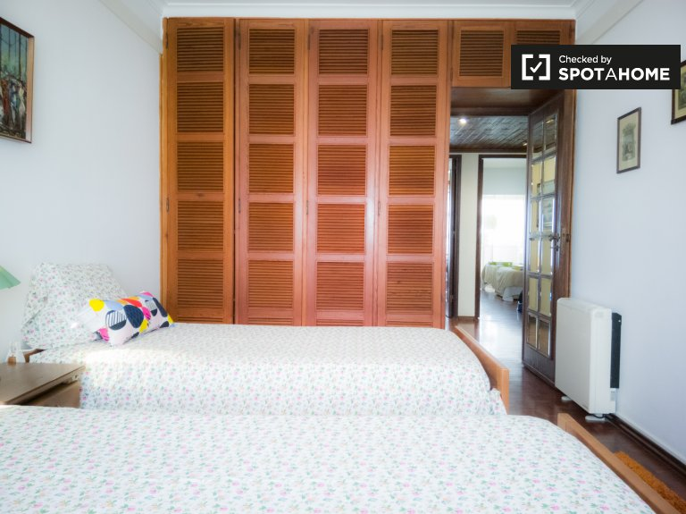 Room for rent, sunny 4-bedroom apartment, Portela