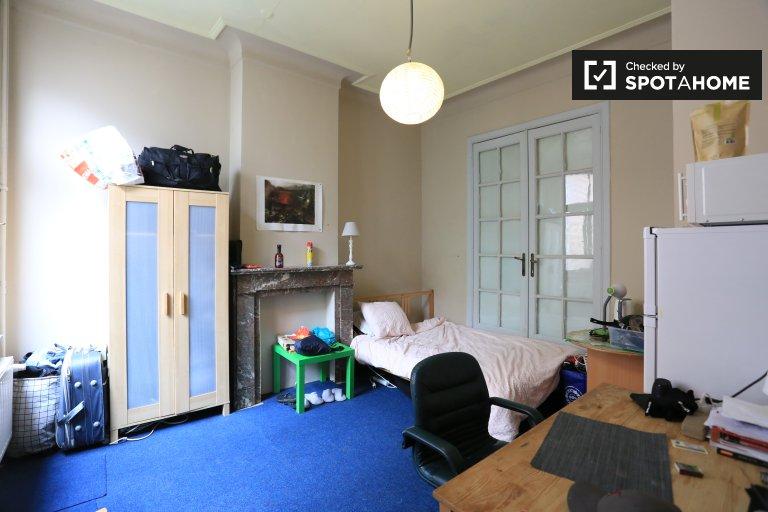 Umeblowany pokój we wspólnym mieszkaniu w Uccle w Brukseli