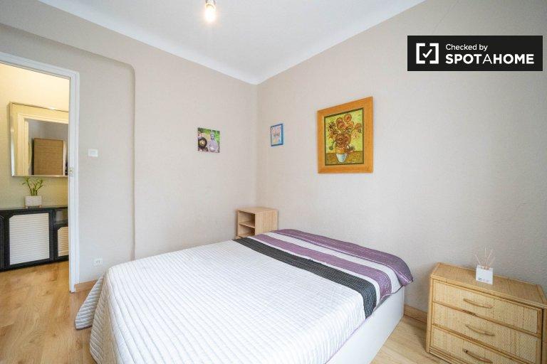 Se alquila habitación en apartamento de 2 dormitorios en Tetuán, Madrid
