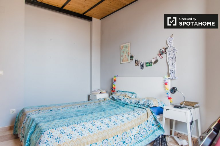 Room for rent in 4-bedroom apartment in Poblats Marítims
