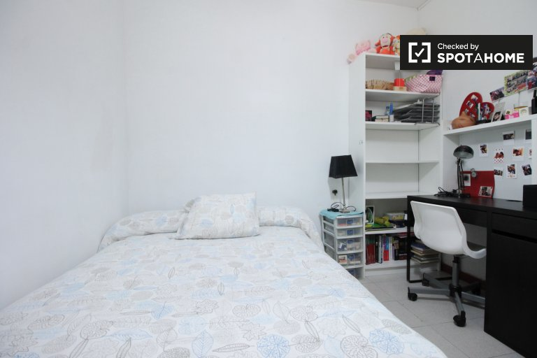 Large shared room  in 3-bedroom apartment in Gràcia