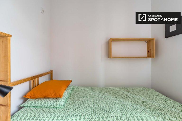 Room for rent in 3-bedroom apartment in Ciutat Vella