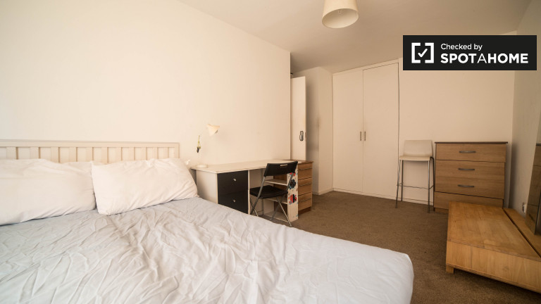 Double Bed in Rooms to rent in bright 5-bedroom flat with terrace in Tower Hamlets