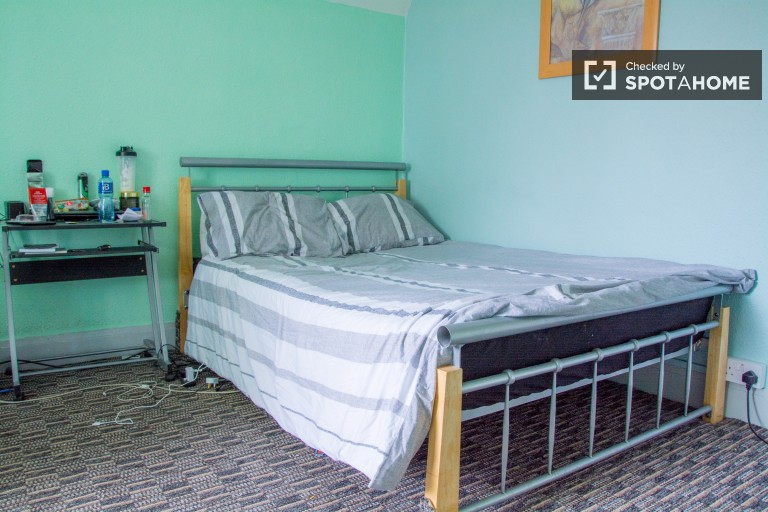 Large room with a double bed for rent in 5-bedroom house in Walkinstown, Dublin