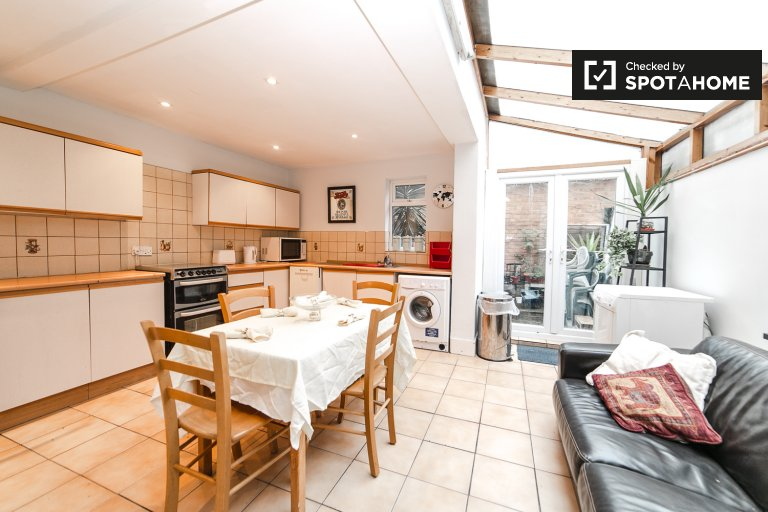 Comfortable 4-bedroom house to rent in Fulham, London
