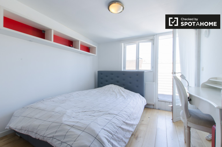 Double Bed in Fully furnished rooms for rent in a 3-bedroom duplex apartment in Ixelles
