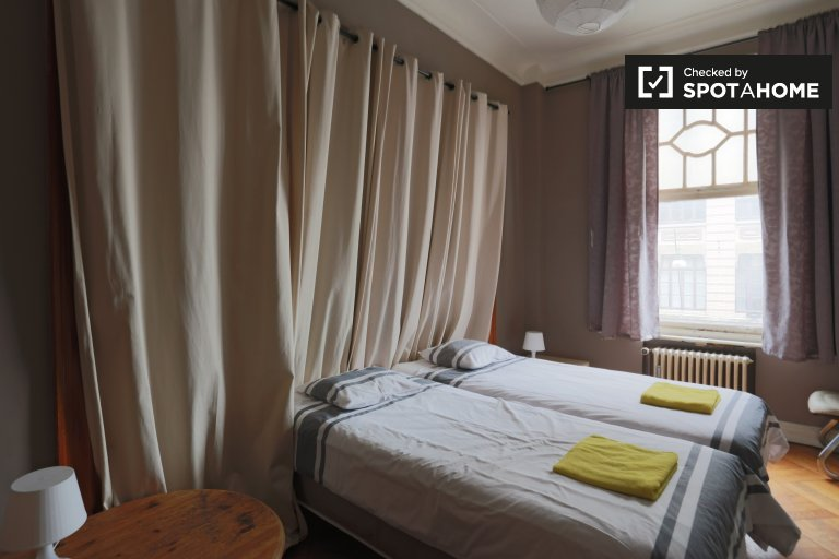 Chambre lumineuse dans un appartement de 5 chambres à Anderlecht, Bruxelles
