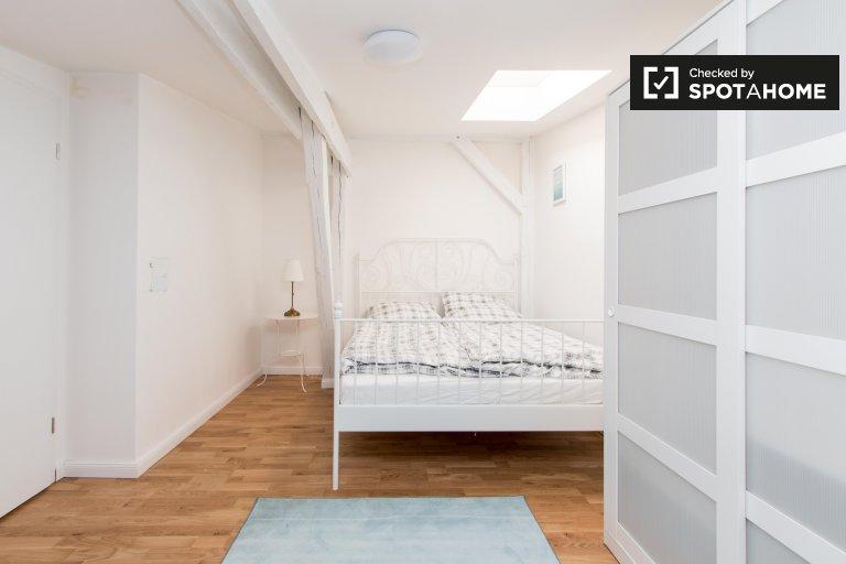 Lindo quarto para alugar em apartamento com 4 quartos, Spandau