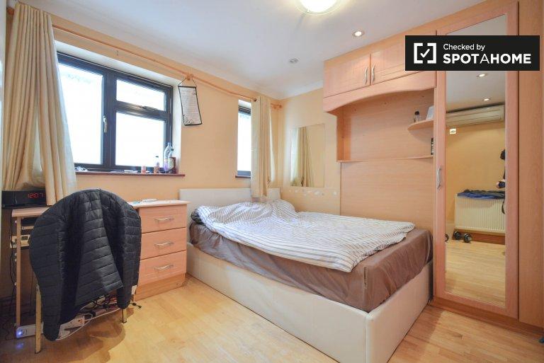 Przytulny pokój w wspólnym domu z 3 sypialniami w Isleworth w Londynie
