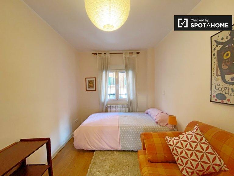 Se alquila habitación en apartamento de 2 dormitorios en Aluche, Madrid