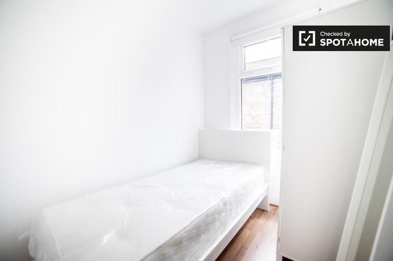 Chambre décorée dans un appartement de 7 chambres à Wood Green, Londres