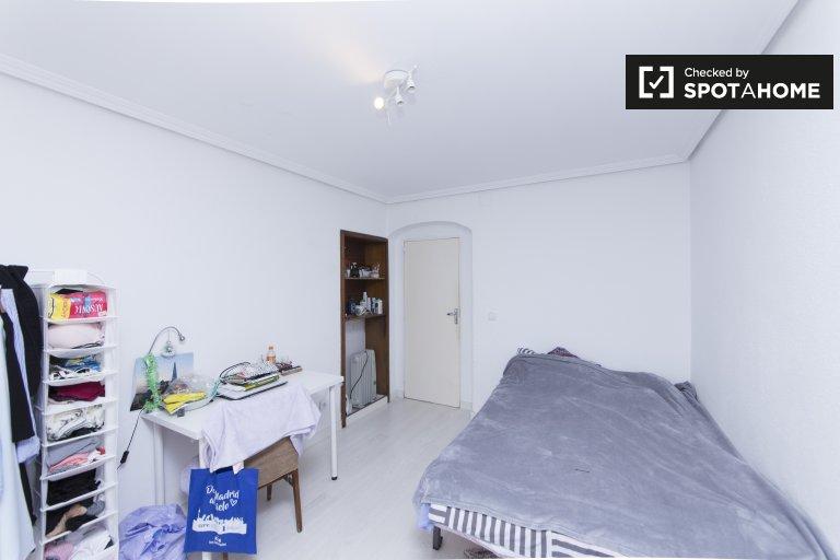 Habitación abierta en alquiler en apartamento de 4 dormitorios en Aluche.