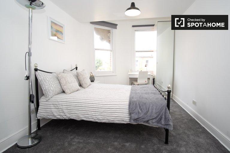 Double Bed in Rooms for rent in 4-bedroom flat in Putney