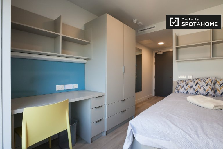Room for rent in 6-bedroom apartment in residence hall