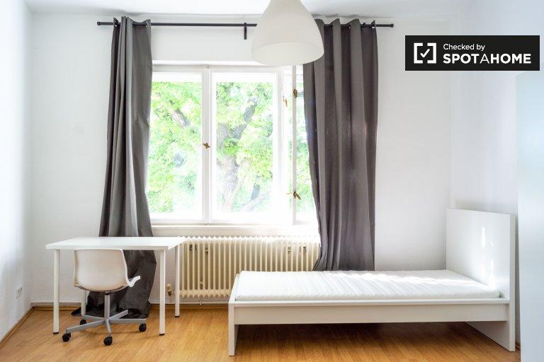 Accogliente camera in appartamento con 4 camere da letto a Neukölln, Berlino