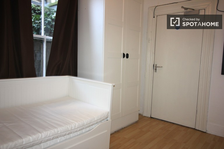 Pet Friendly Studio Apartment for Workers in Donnybrook, 25 Minutes to City Centre