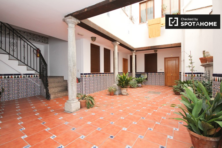 2-bedroom apartment with balcony for rent in Granada Centro