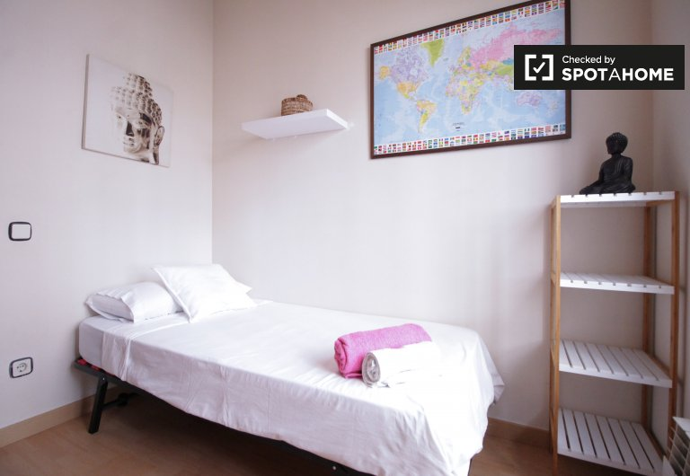 Cute room for rent, 4-bedroom apartment, Les Corts