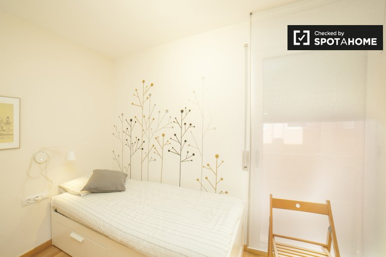 Room for rent, 3-bedroom apartment, Gràcia, Barcelona