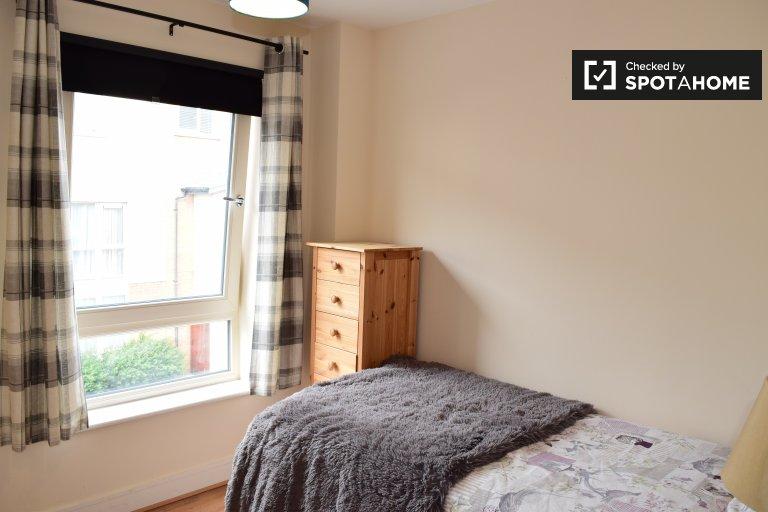 Quarto luminoso em apartamento de 3 quartos em Belmayne, Dublin