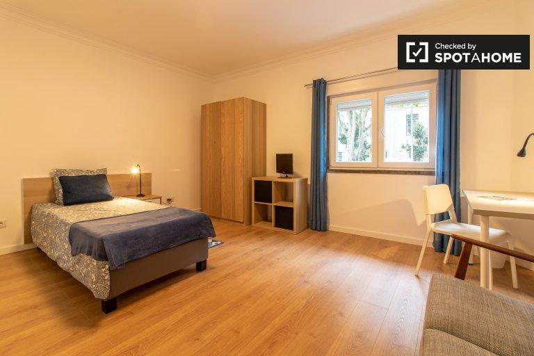 Quarto para alugar em apartamento de 2 quartos em Oeiras, Lisboa