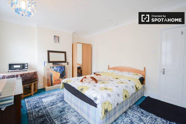 Przytulny pokój do wynajęcia w mieszkaniu z 3 sypialniami, Wembley, Londyn