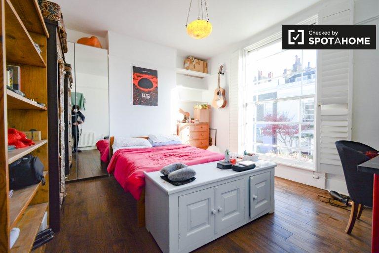 Przestronny pokój w hosueshare z 2 sypialniami, Kentish Town, Londyn
