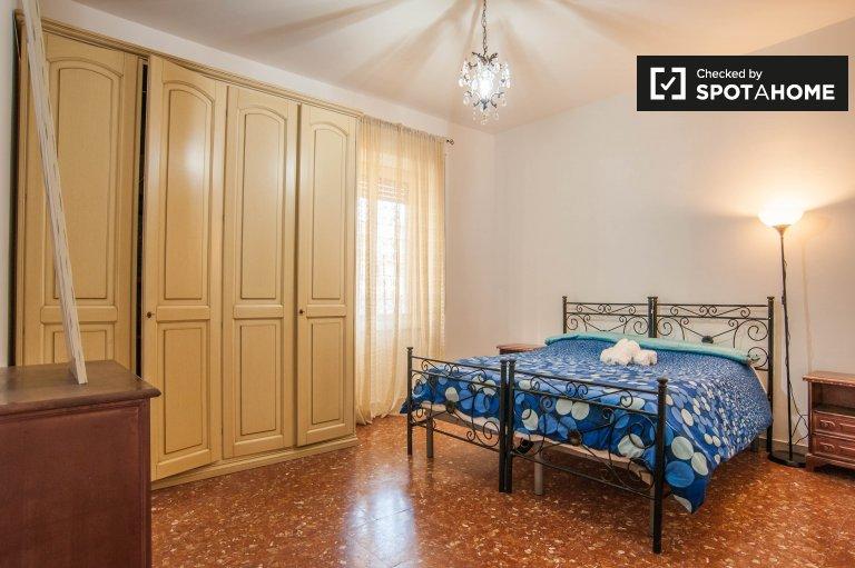 Quarto moderno em um apartamento de 2 quartos em Aurelio, Roma