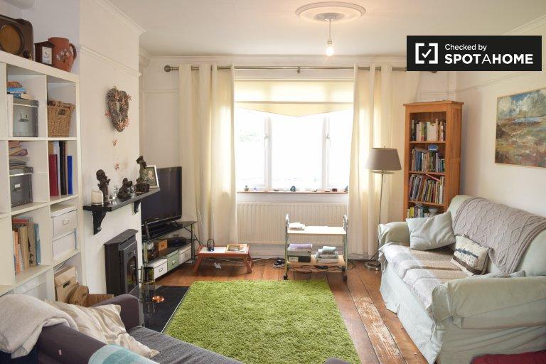 Chambre confortable à louer dans une maison de 3 chambres à Walkinstown, Dublin