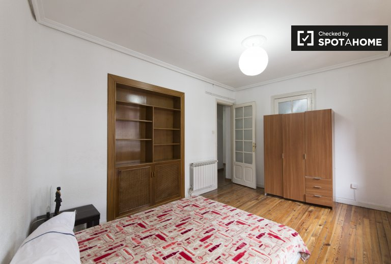 Room for rent in 4-bedroom apartment in Chamartín, Madrid
