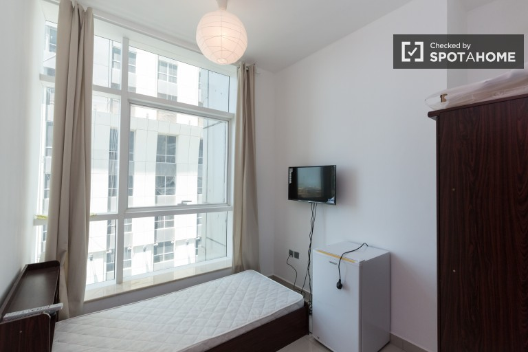 Single Bed in Rooms for rent to professionals in 5-bedroom apartment with AC in Dubai Marina