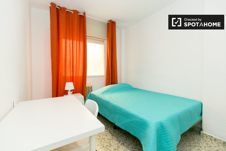 Double Bed in Rooms for rent in tidy 5-bedroom apartment in Ronda