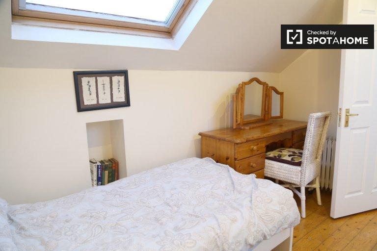 Comfortable room for rent, 4-bedroom house Walkinstown