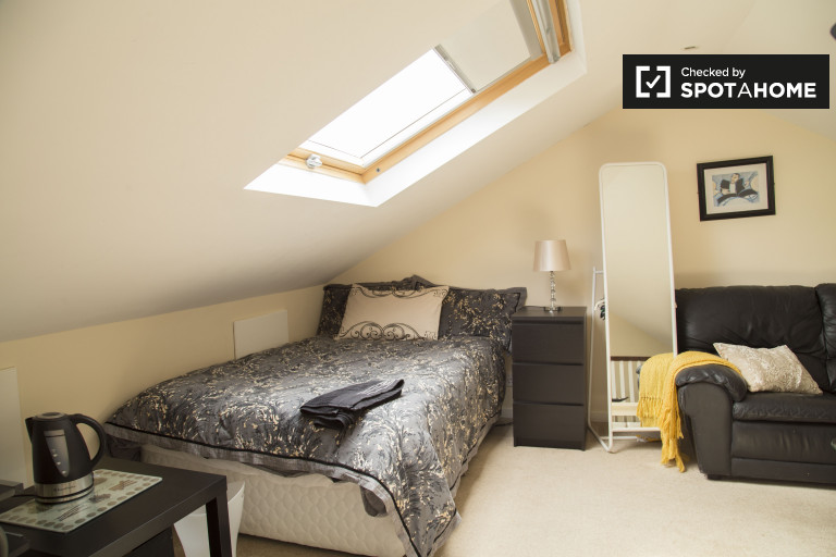 Double Bed in Rooms for rent in a spacious 3-bedroom house in the North Central Area, Dublin