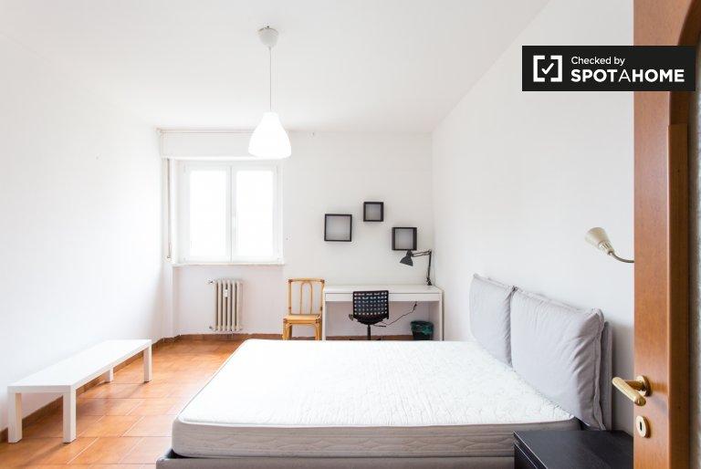 Grande quarto para alugar, apartamento de 5 quartos, Bisceglie, Milan