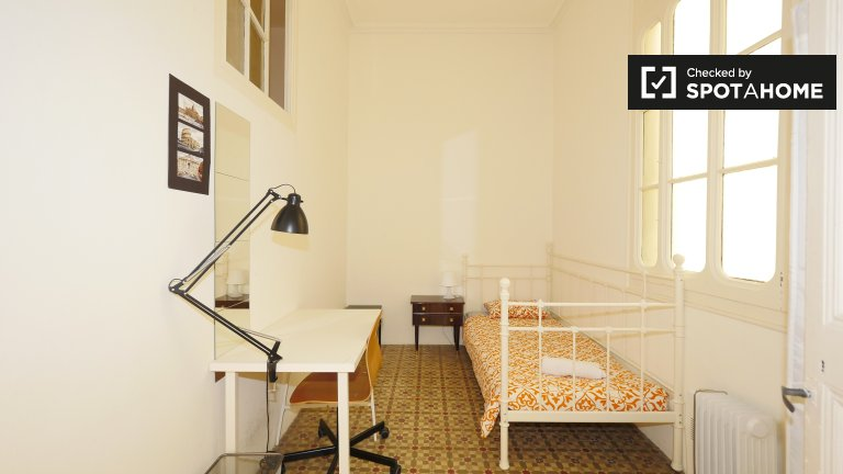 Light room in 7-bedroom apartment in Barri Gòtic, Barcelona