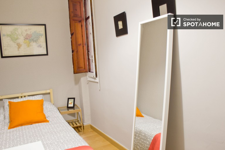 Single Bed in 7 rooms for rent in a large apartment with a terrace, 7 minutes from Valencia Central Market