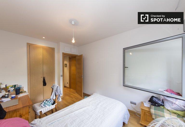 Room for rent in 2-bedroom apartment in Carabanchel, Madrid